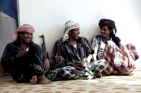 Armed Mahri tribesmen sitting and chatting