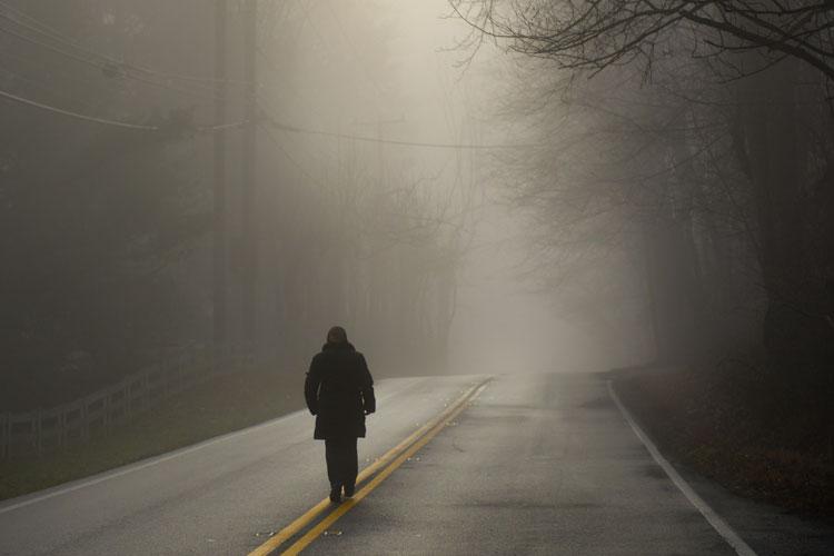 Le SUICIDE : Un fléau mondial ! Prions pour les jeunes et moins jeunes Man-walking-along-dark-road-in-shaft-of-light