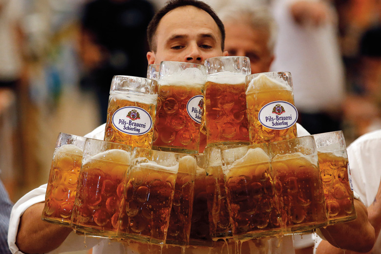 Man competes for world record in carrying beer mugs