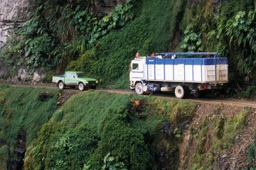 Cars confront on thin Andes road