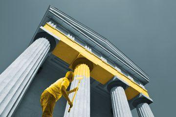 Man paints columns yellow