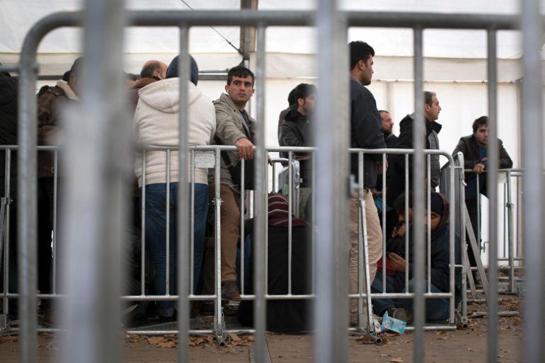 Syria refugees queue