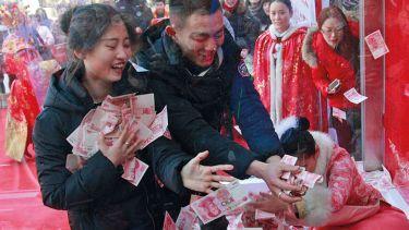 Chinese tourists catch money