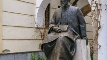 A statue of the philosopher Maimonides