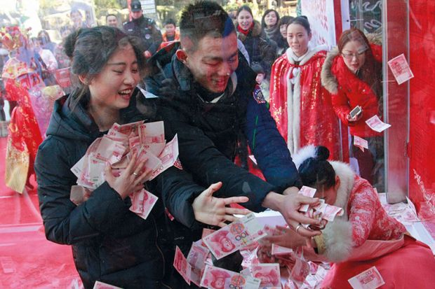 Chinese tourists catch money