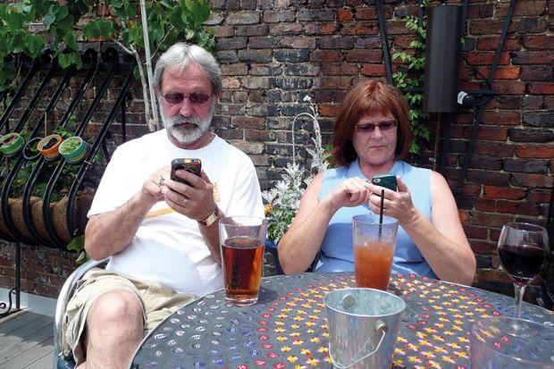 couple-on-phones