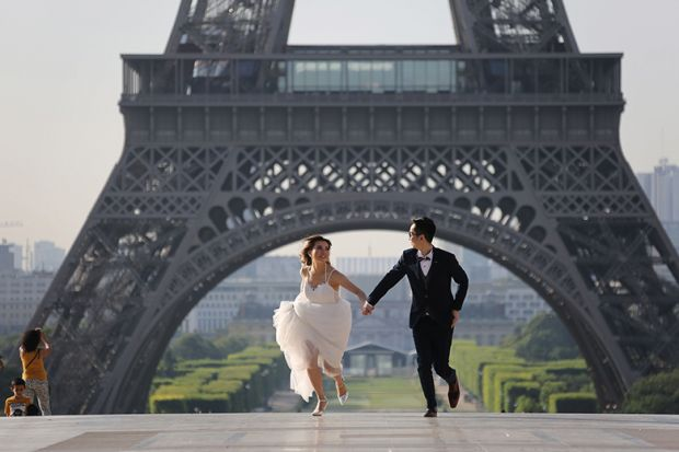 Newlyweds at Eiffel Tower, Paris