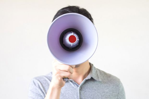 Hombre con megáfono para una cara