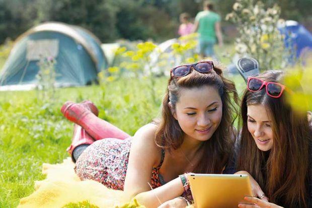 readers-using-tablet-in-field