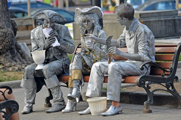 Statues eating lunch
