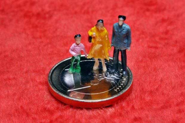 Statues of family standing on €1 coin