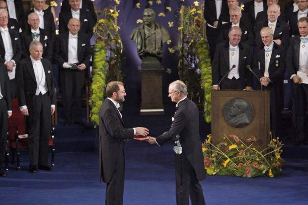 Ο Andrew Fire λαμβάνει Βραβείο Νόμπελ Ιατρικής, 2006