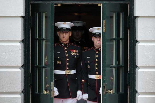 us-soldiers-opening-doors