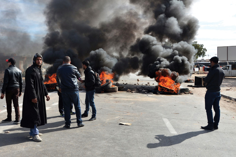Tunisian graduates block road with burning tyres, Medenine