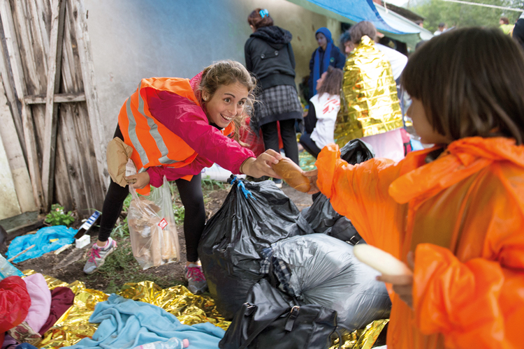 Volunteer Kirsten Koenig distributes food, Tovarnik, Croatia, 2015