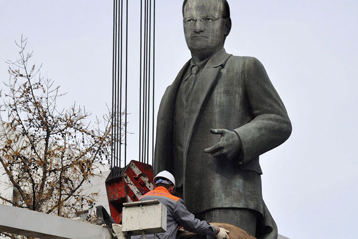 Worker removing statue of David Willetts
